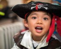 Criança em um traje do pirata fotografia de stock