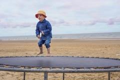 Criança em um trampolim Imagens de Stock Royalty Free