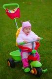 Criança em um triciclo imagem de stock