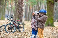 Criança em uma bicicleta na floresta no amanhecer Menino que dá um ciclo o Foto de Stock Royalty Free