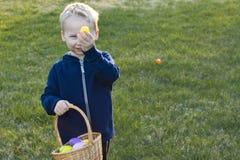 Criança em uma caça do ovo da páscoa fotografia de stock royalty free
