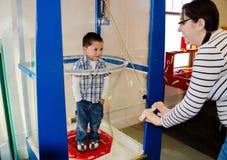 Criança em uma experiência da bolha Imagem de Stock