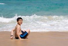 Criança em uma praia imagens de stock