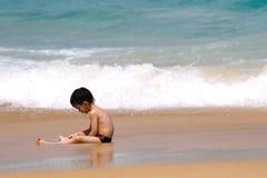 Criança em uma praia imagem de stock