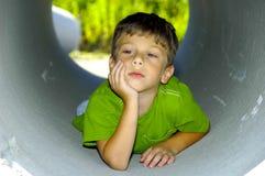 Criança em uma tubulação fotografia de stock royalty free