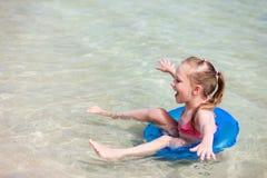 Criança em umas férias tropicais Imagens de Stock Royalty Free
