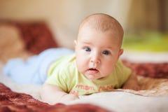 A criança encontra-se em seu estômago Fotografia de Stock Royalty Free