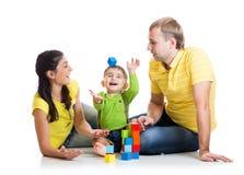 Criança engraçada com blocos de apartamentos do jogo dos pais Imagem de Stock Royalty Free