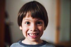 Criança engraçada com cara surpreendida Fotos de Stock Royalty Free