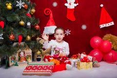 A criança engraçada diz adeus a Santa Claus Imagem de Stock