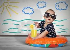 Criança engraçada no anel da natação em casa Concep criativo do resto da praia Imagens de Stock Royalty Free