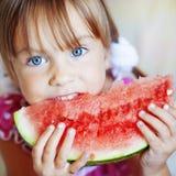 Criança engraçada que come a melancia Foto de Stock