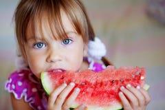 Criança engraçada que come a melancia Fotos de Stock Royalty Free