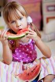 Criança engraçada que come a melancia Fotografia de Stock Royalty Free