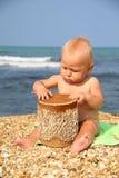 Criança engraçada que rufa na praia Fotografia de Stock