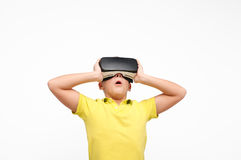 Criança entusiasmado em vidros de VR imagem de stock