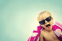 Criança entusiasmado na toalha de praia no dia de verão Imagens de Stock Royalty Free