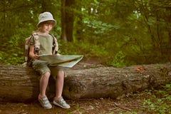 Criança entusiasmado na viagem de acampamento na floresta verde fotografia de stock royalty free