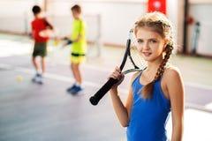 Criança entusiasmado que joga o tênis no campo de jogos imagem de stock royalty free