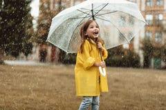 Criança entusiasmado que sente feliz sobre o tempo chuvoso fotos de stock