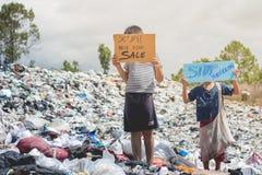A criança ereta que guarda um sinal, anti-traficar, parando violen fotografia de stock