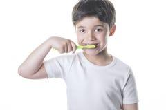 A criança escova seus dentes imagem de stock royalty free