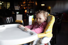 A criança espera o alimento Fotografia de Stock