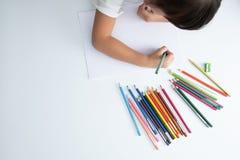 A criança está aprendendo de volta à escola que o conceito com fontes dos artigos de papelaria projeta o espaço da cópia imagem de stock