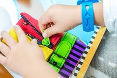 A criança está aprendendo fazer acima do fecho de correr Imagens de Stock Royalty Free