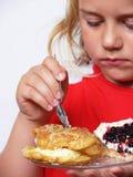 A criança está comendo doces fotografia de stock