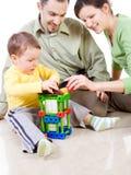 A criança está construindo uma casa com patentes Fotografia de Stock Royalty Free