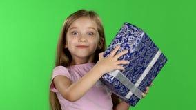 A criança está guardando um presente em suas mãos Tela verde vídeos de arquivo