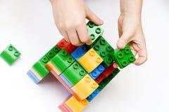 A criança está jogando com construtor Imagem de Stock