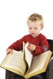 A criança está lendo imagem de stock