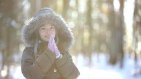 A criança está nas madeiras do inverno video estoque