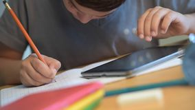 Criança, estudante, educação, escola, escrita, escola de Digitas vídeos de arquivo