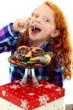 Criança Excited da menina nos pijamas com a bandeja de bolinhos Imagem de Stock Royalty Free