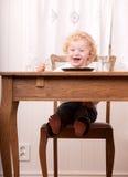 Criança Excited na tabela da refeição fotos de stock royalty free
