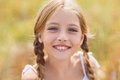 Criança fêmea alegre que sorri com felicidade fotos de stock