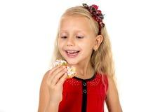 Criança fêmea bonita pequena com cabelo louro longo e dres vermelhos Imagem de Stock Royalty Free