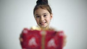 A criança fêmea dá o presente surpreendida e contente vídeos de arquivo