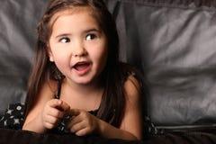 Criança fêmea nova que fala e que olha acima fotos de stock royalty free