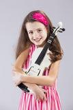 Criança fêmea que joga o violino foto de stock royalty free