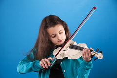 Criança fêmea que joga o violino Imagem de Stock Royalty Free