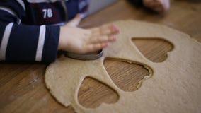 A criança faz biscoitos para cozer filme