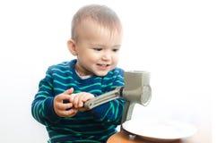 A criança faz o açúcar pulverizado Foto de Stock Royalty Free