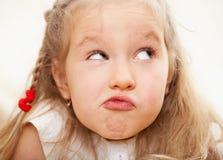 Criança fazendo caretas Fotos de Stock Royalty Free