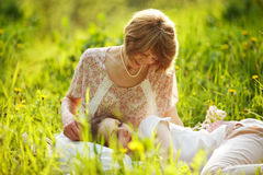 Criança feliz adormecida no regaço da sua mãe fotografia de stock royalty free