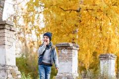 A criança feliz anda no parque Autumn Day brilhante Árvores com folha amarela outubro morno imagens de stock