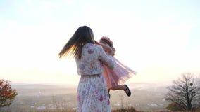 A criança feliz apressa-se nas mãos da mãe Matriz que gira sua filha video estoque